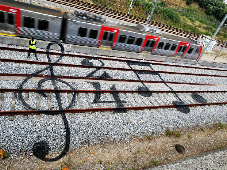 new_railway-train-tracks-portugal-street-art-artur-bordalo-2